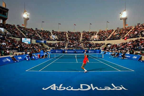 Roger Federer sirviendo en el Mubadala World Tennis Championship