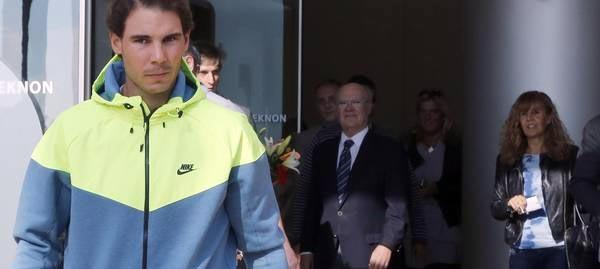 Rafael Nadal abandonando el centro médico Teknon tras su operación de apendicitis en 2014