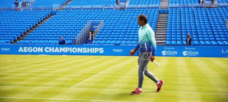 Rafa Nadal inspeccionando el césped de la pista central del torneo de Queens 2015