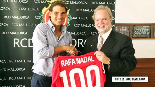 Nadal recibiendo la camiseta con el 100 de su equipo de fútbol, el Real Mallorca
