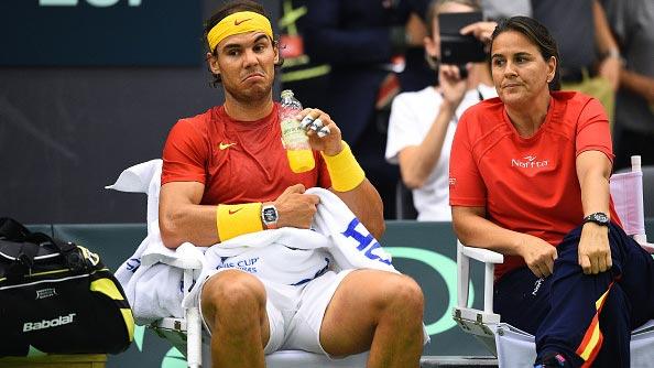 Nadal conversa con su capitana Conchita Martínez durante su partido contra Torpegaard en Copa Davis España-Dinamarca 2015